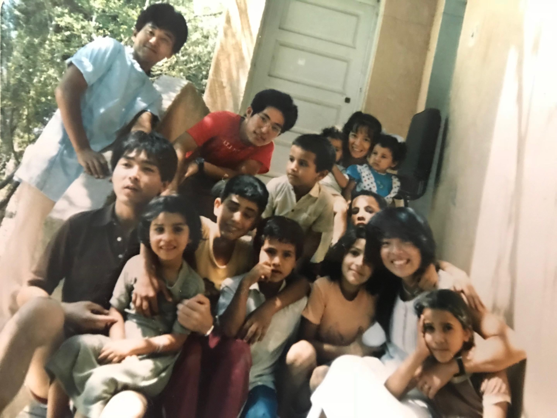 シリアの子供たちと30年前の院長(シリアの牧場)
